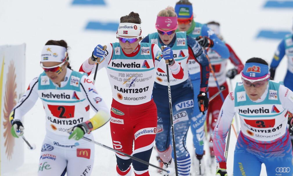 FORBANNA: Svenske Anna Haag (til venstre) var ikke veldig fornøyd med finske Aino Kaisa Saarinen (til høyre) på den første etappen. Foto: Bjørn Langsem / Dagbladet