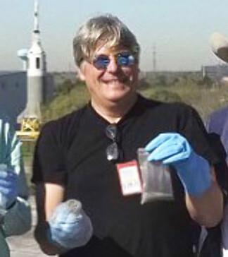 ENGASJERT: Jon Larsen på toppen av NASAs millionbygg. Hans hjemmesnekrede utstyr kostet til sammenligning rundt 250 kroner. Foto: Jan Braly Kihle