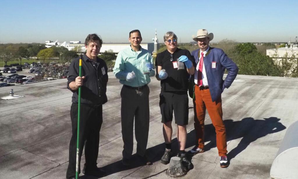 STJERNESTØV: Dr. Michael E. Zolensky (NASA), Dr. James Martinez (NASA), Jon Larsen (UiO) og Jan Kihle (IFE) på taket av NASA. Foto: Jan Braly Kihle <div><br></div>