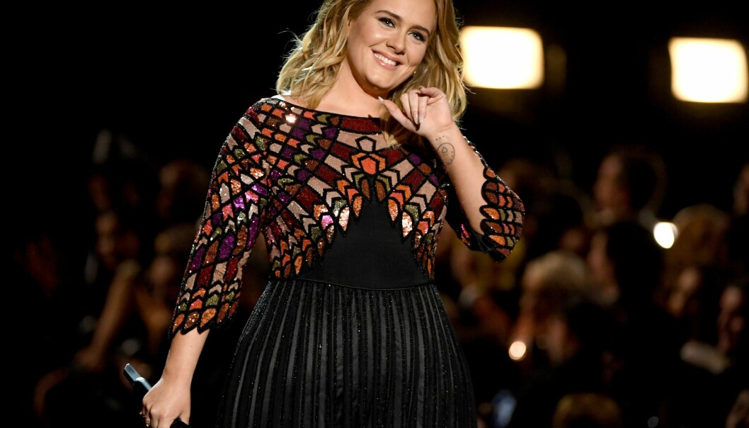 HAR SIKKERHET I FOKUS: Til tross for at Adele ønsker å gi publikum et forrykende show, ønsker hun ikke at de tilmøtte skal få fyrverkerirester i øynene. Nå kan det imidlertid se ut til at hun vil gjenninføre fyrverkeriet. Foto: Kevin Winter / Getty Image / NTB Scanpix.