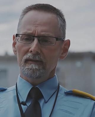 Vil INSPIRERE: Assisterende fengselsleder Jan Strømnes ved Halden fengsel. Foto: Dokumentaren «Fra Halden til Attica» / YLE, Finland