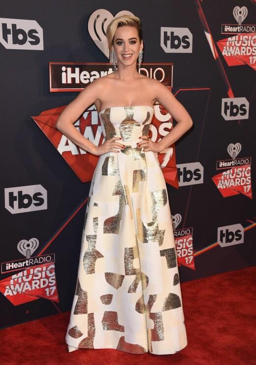 GULLDETALJER: Katy Perry (32) hadde på seg en jumpsuit fra merket August Getty.