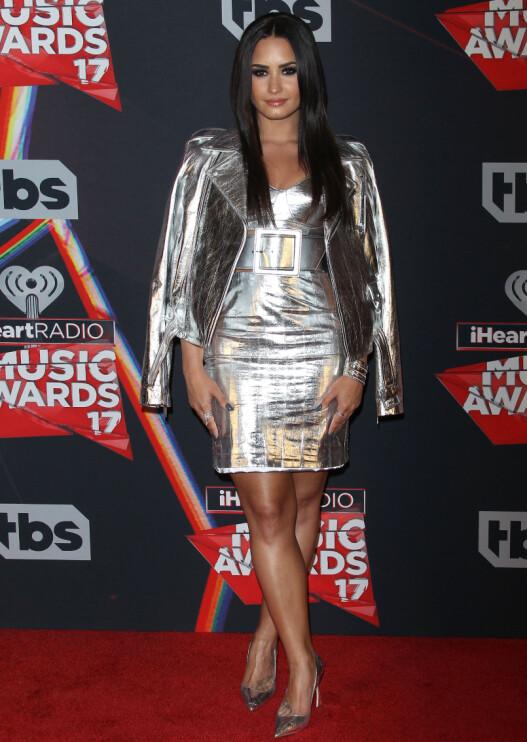 SØLV: Sangstjernen Demi Lovato (24) var ikledd en kjole og jakke i sølv da hun ankom den røde løperen.