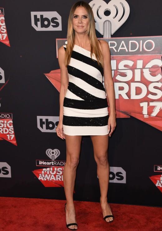 VISTE FREM BEINA: Supermodell Heidi Klum (43) hadde på seg en kort, stripete kjole fra Redemption.