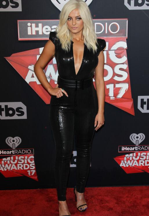 STRÅLTE: Sanger Bebe Rexha (27) var iført en jumpsuit fylt med sorte paljetter.