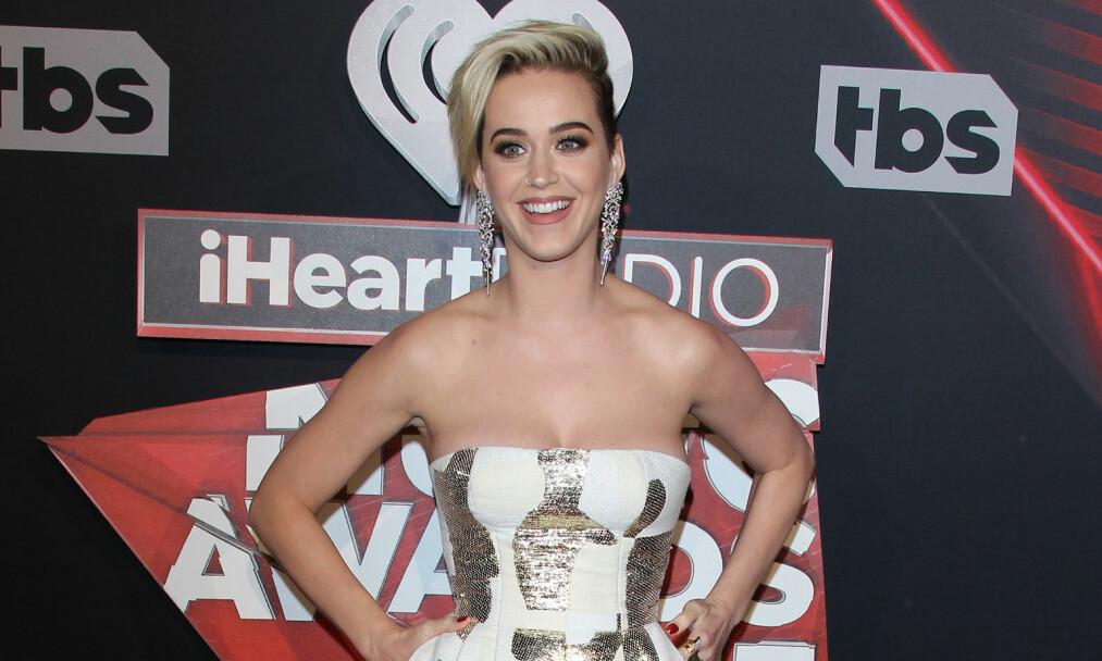 DEPPER IKKE: Under én uke etter bruddet med Orlando Bloom, dukket Katy Perry opp på prisutdeling i strålende humør. Foto: NTB scanpix