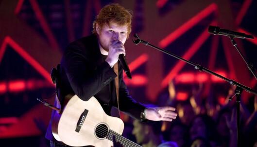 UNDERHOLDT PUBLIKUM: Ed Sheeran sang for full hals under årets iHeartRadio Music Awards. Foto: NTB scanpix