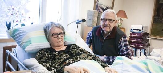 En sykehusinfeksjon tvang Karin (77) til ti operasjoner. Nå er hun lenket til senga
