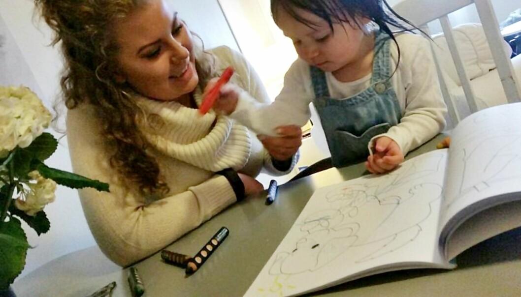 VALGTE Å FORLENGE PERMISJONEN: - Jeg synes det er for tidlig å starte i barnehagen som ettåring, sier Astrid Tuven, som har valgt å være hjemme med datteren Ava. Foto: Privat
