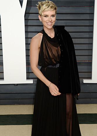 HOLDT MASKEN: Scarlett Johansson smilte til kameraene da hun ankom Vanity Fairs Oscar-fest i februar. Foto: NTB Scanpix