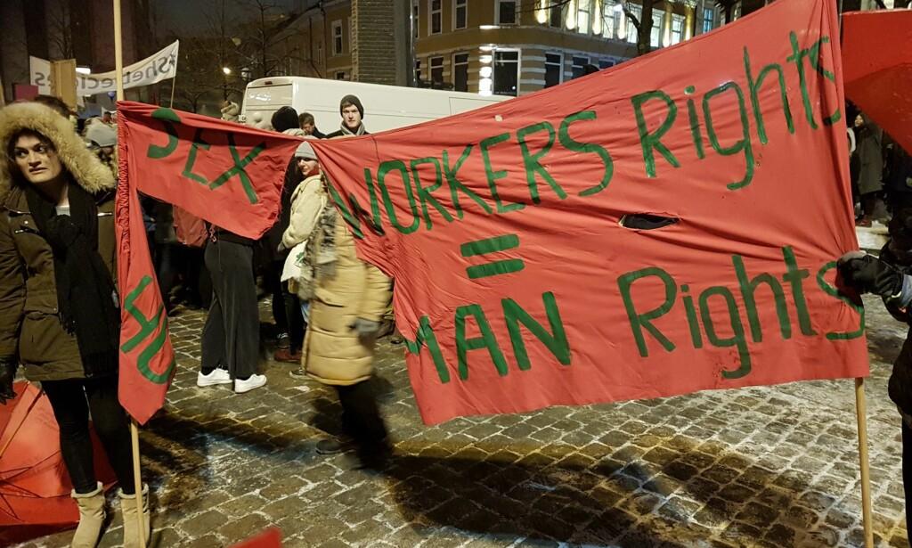 REVET I STYKKER: «Sex workers rights = human rights» sto det på parolen til Prostituertes interesseorganisasjon i Norge (PION). Det var det noen i kveldens 8. mars-tog i Oslo som ikke likte. Resultatet, en ødelagt parole, ser du over. Foto: Martin Olafsen