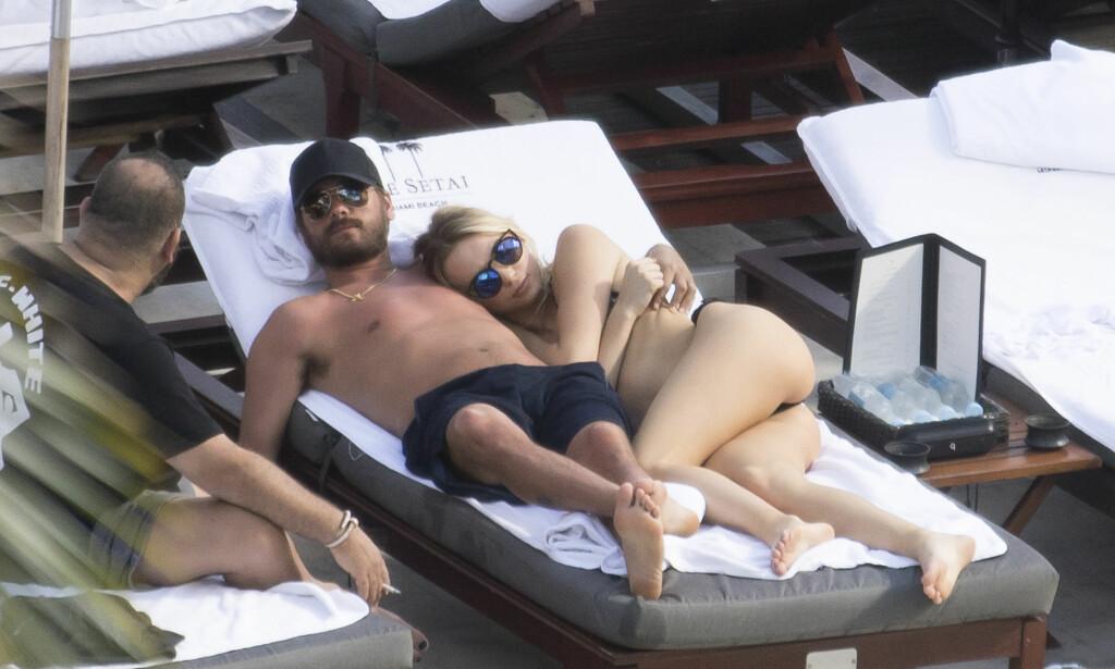 TO DAMER PÅ TO DAGER: I januar var Scott Disick med Kourtney Kardashian på ferie til Costa Rica. Kort tid etterpå koste han seg med to unge kvinner i Miami. Foto: Splash News / NTB scanpix