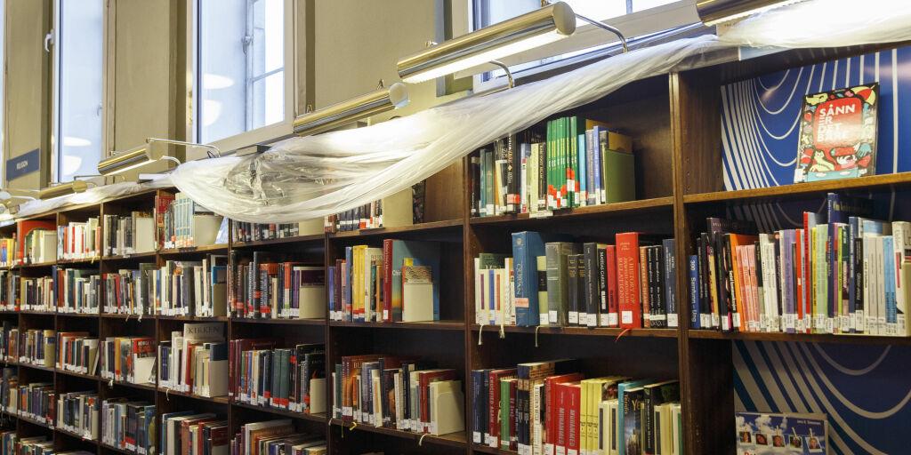 OSLO  20150721. Interiør Deichmanske bibliotek. Lekkasje på en regnværsdag.  Foto: Berit Roald / NTB scanpix
