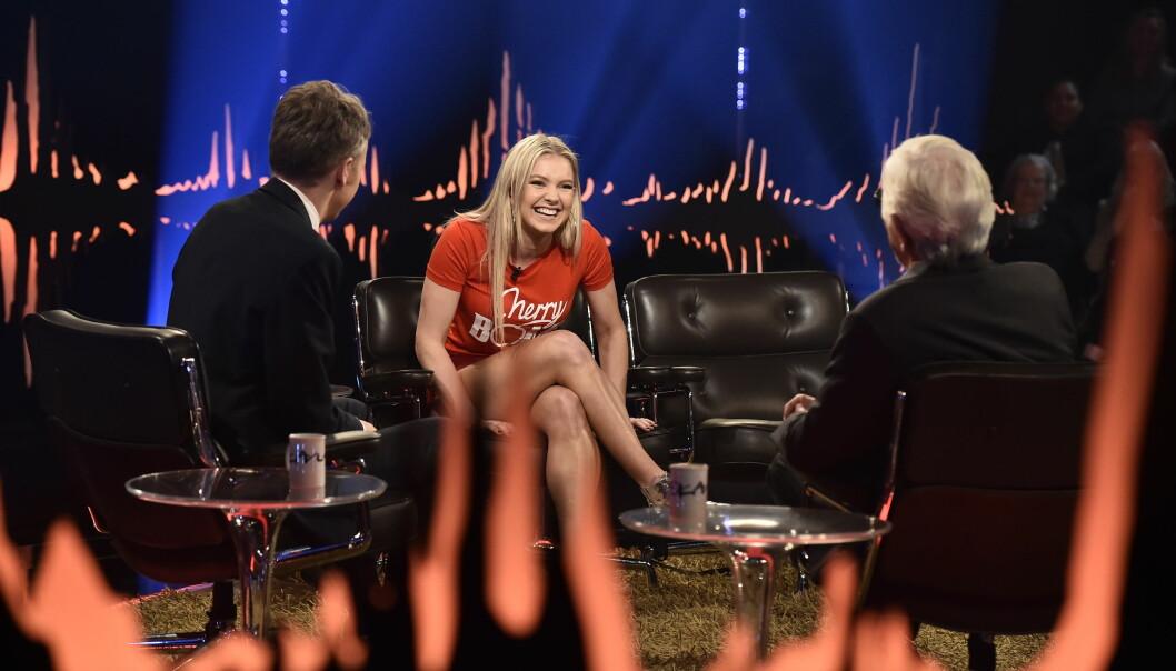LATTERMILD: Astrid S gjester Skavlan, som vises på NRK i kveld. Der forteller hun blant annet om en episode hvor hun prøvde å imponere eks-svigerforeldrene, men hvor ting gikk litt over styr. Foto: NRK