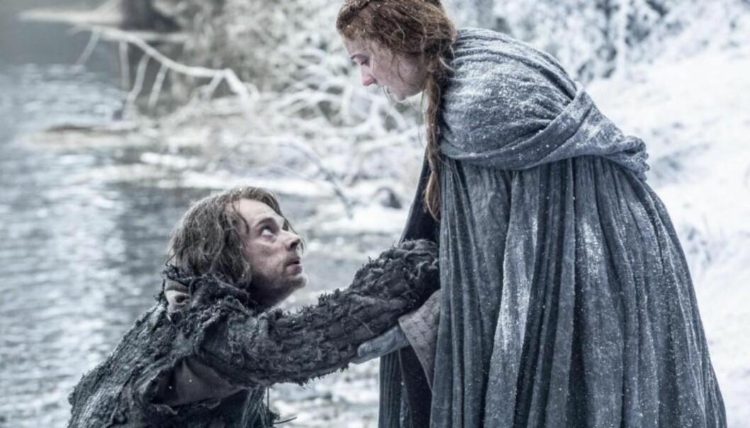 «GAME OF THRONES»: Sophie Turner i rollen som Sansa Stark. Her sammen med medskuespiller Alfie Allen som Theon. Foto: HBO