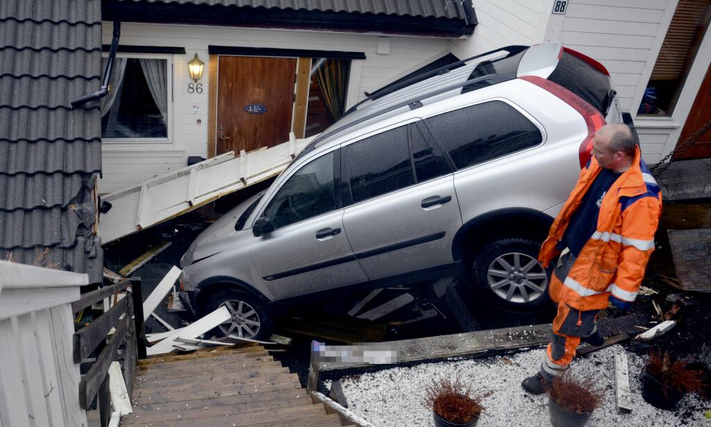 «FLAKS»: Ingen personer kom til skade, men det gikk hardt ut over både bil og bygning da en førerløs bil dundret inn i et rekkehus i Bergen en ettermiddag i 2011. Foto: Remi Bøe Presttun / Scanpix