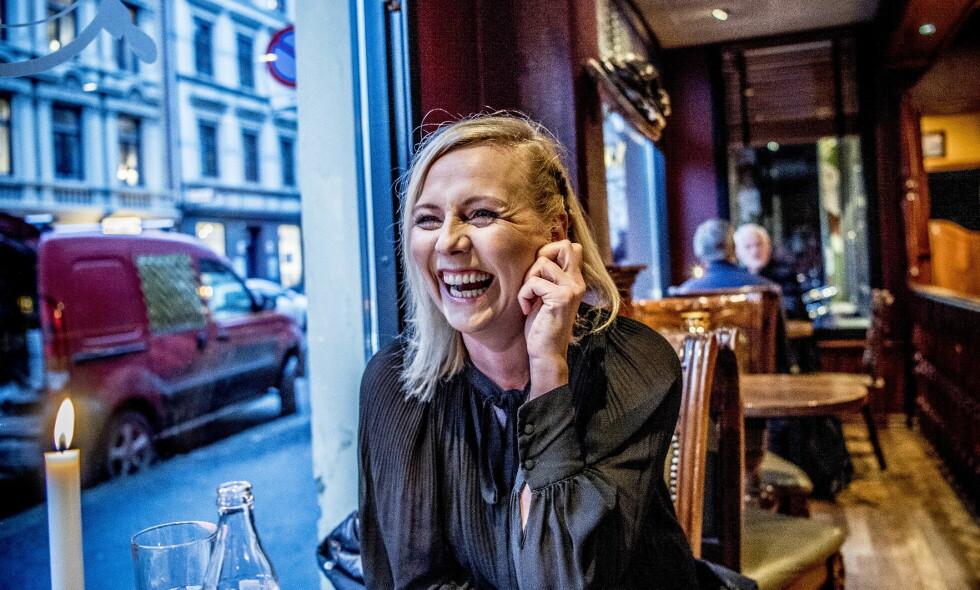 BLID: Linn Skåber er sjeldent å se uten et smil om munnen, og latteren sitter løst i den 46 år gamle skuespilleren. Nå er hun aktuell med serien «Best før», som handler om en kvinne som mister både mann og jobb på 40-årsdagen. Hun ser ikke seg selv i karakteren. Foto: Thomas Rasmus Skaug / Dagbladet