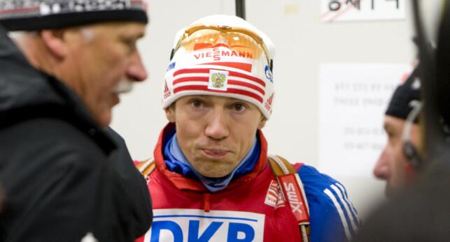 SKUFFET: Russiske Maksim Tsjudov fikk bare låne Bjørndalens gull i noen få timer. Samme kveld satte Bjørndalen seg ned med det russiske laget for å diskutere situasjonen. Foto: Heiko Junge / Scanpix