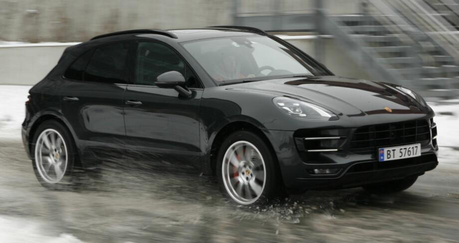 <strong>DEN BESTE:</strong> Porsche er konge på haugen i konkurransen om kjøreglad SUV. Man blir sittende og undre på hvor de to tonnene som bilen veier har tatt veien. Foto Rune M. Nesheim