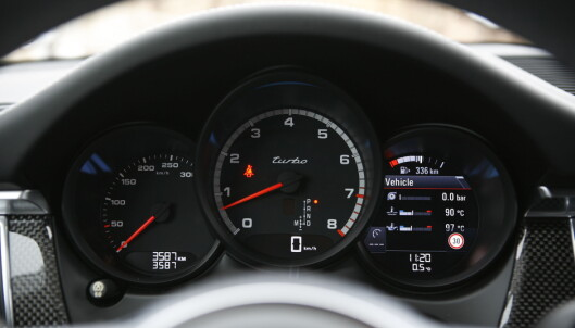 <strong>KLASSISK:</strong> Porsches sentralt plasserte turteller med mindre målere på hver side er en videreutviklet arv fra første generasjon 911. Her blir speedometeret og kjørecomputeren skadelidende av designen. Foto Rune M. Nesheim