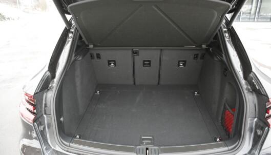 <strong>STORT:</strong> Til tross for en kompakt design, er det god plass i bagasjerommet. Baksetet kan deles 40/20/40. Foto Rune M. Nesheim