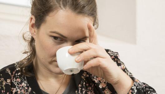 BLOMST ELLER NØTT? Kaffeproffen Ingrid Aas prøver å skille mellom duftnyansene.