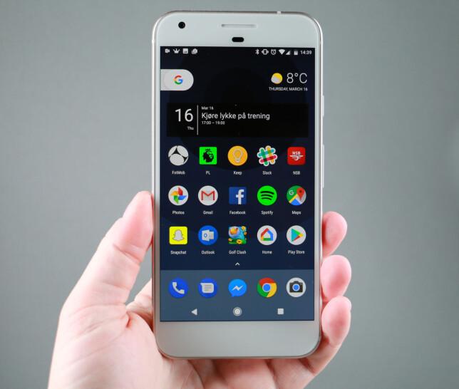 SILKEMYKT: Pixel XL kjører Android 7.1 uten noe ekstra krimskrams. Det gjør opplevelsen silkemyk i hverdagslig bruk. Foto: Pål Joakim Pollen