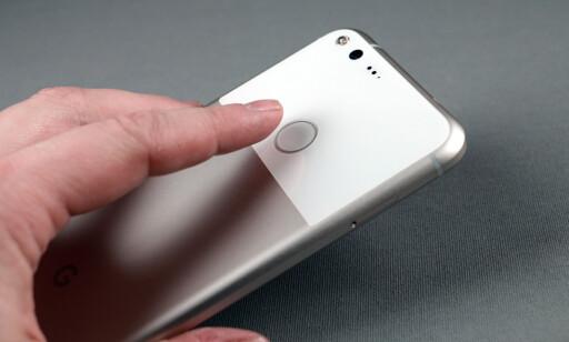 BAK: Fingeravtrykksleser på baksiden er lett å bli vant med og effektivt når du holder telefonen. Dog ikke like effektivt når den ligger på bordet. Foto: Pål Joakim Pollen