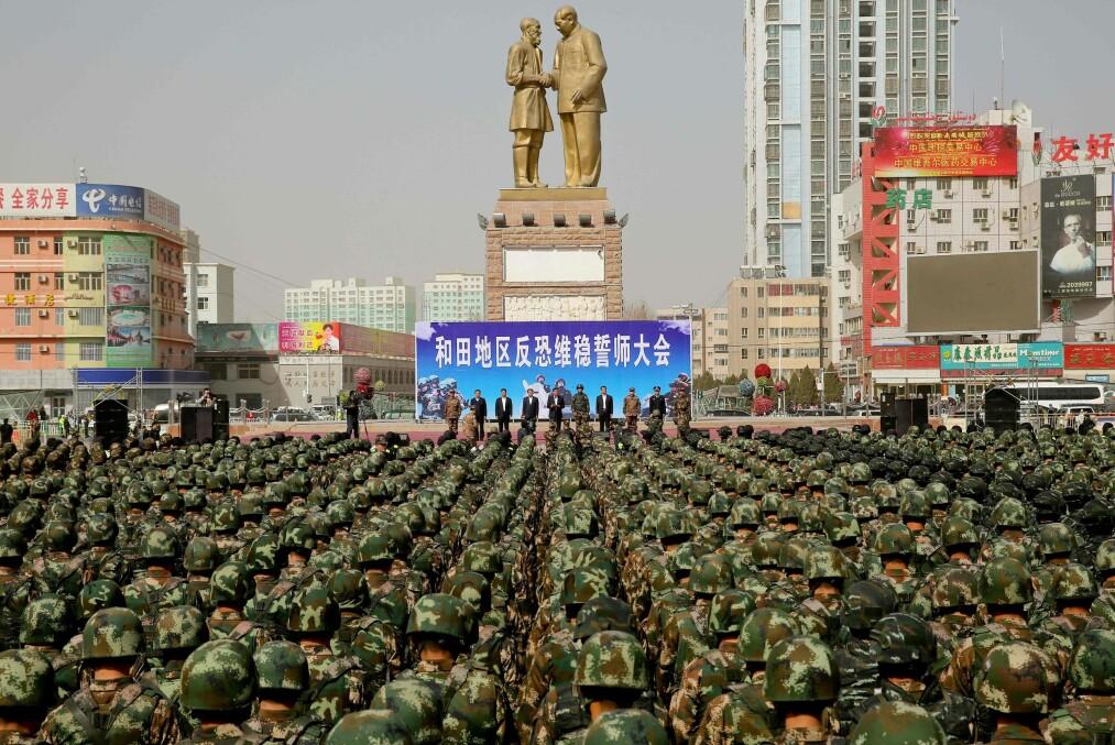 <strong>MOBILISERING:</strong> Titusener av kinesiske soldater er satt inn for å bekjempe terrorister i den autonome regionen Xinjiang. En IS-video truer med at kinesisk blod skal flyte som elver.   Foto: AFP / NTB Scanpix<div><br></div>