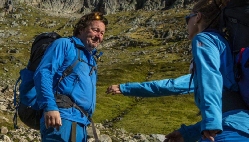 <strong>TUNGT:</strong> Svein Østvik fikk trøst av de andre deltakerne, da han fortalte om de fysiske plagene. 55-åringen sliter nemlig med slitasjegikt. Foto: TVNorge