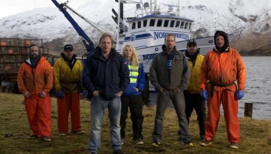 STOR KJENDIS: Sig Hansen i front foran resten av kapteinene i den populære TV-serien Livsfarlig fangst. Bak ligger krabbebåten Northwestern. Foto: Discovery Channel