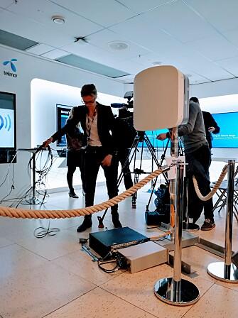 <strong>RIGGET:</strong> Huaweis teknikere hadde brukt én uke på å sette opp 5G-testrommet i Telenors lokaler. Her er en av de to mottakerterminalene, som stod noen meter unna en basestasjon. Foto: Pål Joakim Pollen
