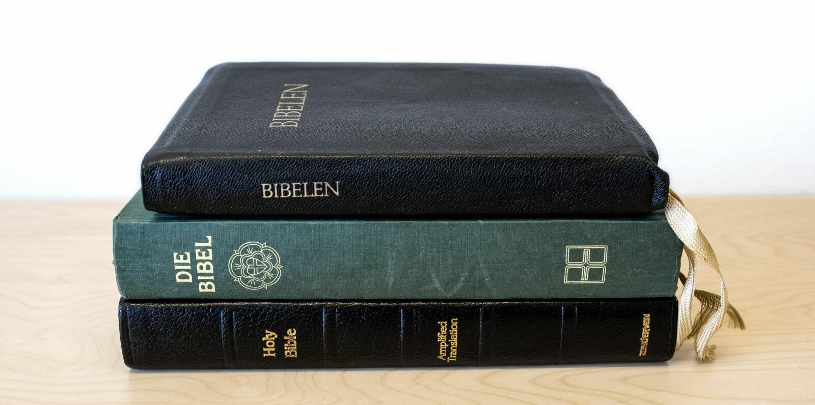 Biblene: Hepsø hadde disse tre biblene liggende på nattbordet. En engelsk, en tysk og en norsk.