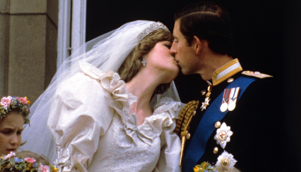 <strong>IKONISK:</strong> Dette bildet ble ikonisk etter bryllupet mellom Charles og Diana i 1981. Nå hevder Sally Bedell Smith at det hele var et spill for galleriet. Foto: NTB scanpix&nbsp;