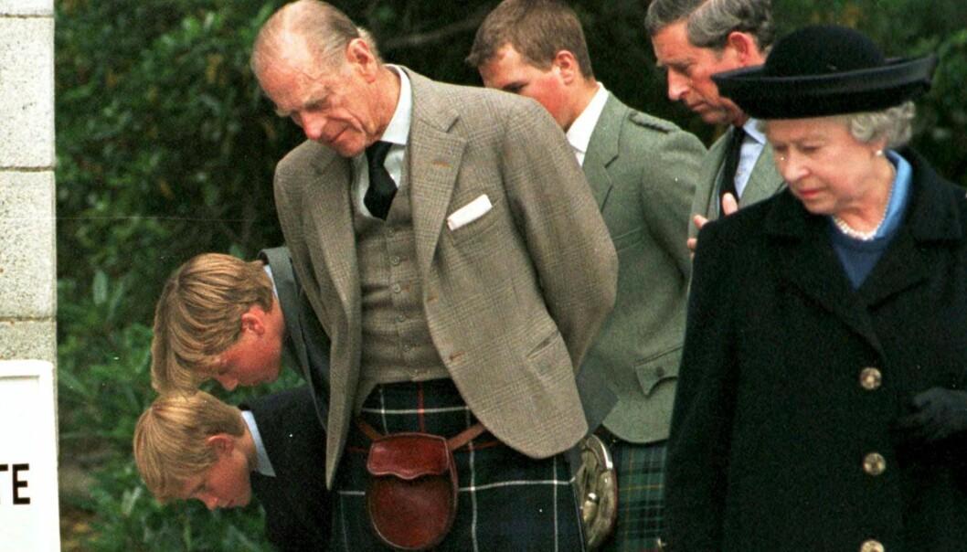 <strong>TRUSSEL:</strong> Ifølge boka skal prins Philip, faren til prins Charles, nærmest har truet sin egen sønn til å gifte seg med Diana Spencer. Her fra en minnestund etter Dianas død. Foto: NTB scanpix