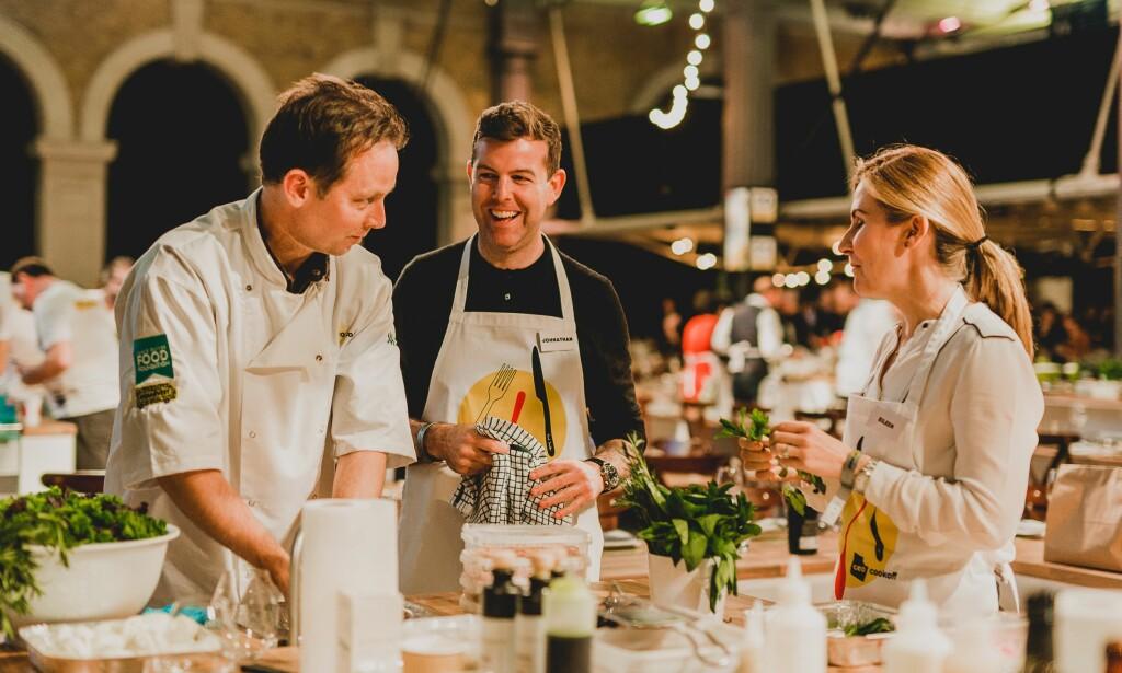 BETALTE: Næringslivsledere betalte for å være med på å lage mat, og pengene gikk til bedre undervisning om mat og helse. Andreas Viestad t.v. Foto: Jonny MP Photography