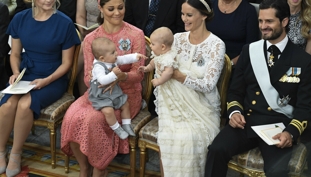 KONGELIG LEK: Kronprinsesse Victorias sønn, prins Oscar i lek med sin fetter prins Alexander. Foto: NTB Scanpix.