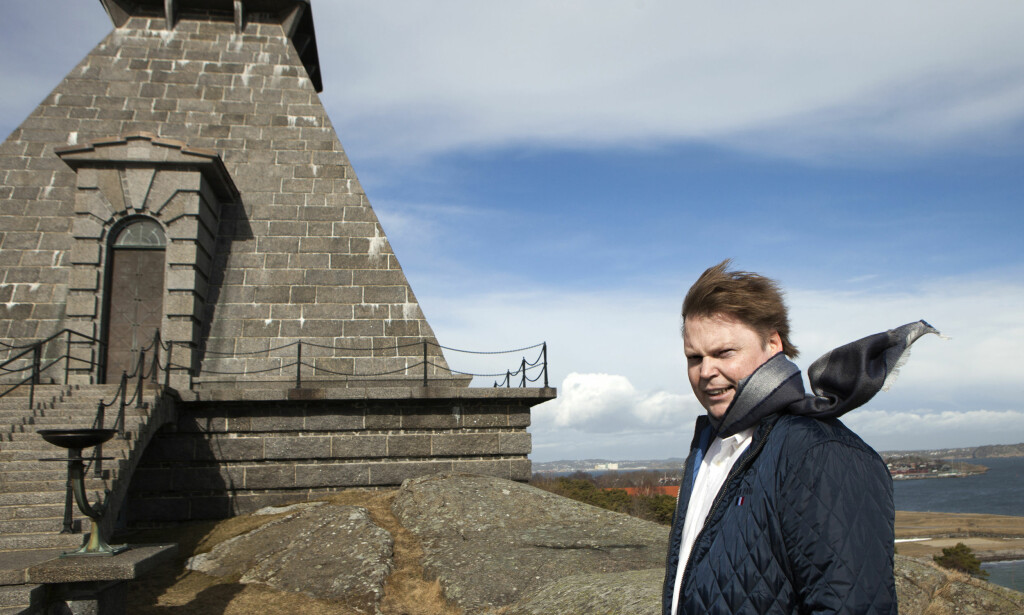 LANDEMERKE: Jørn Lier Horst er blitt et landemerke for kvalititskrim. Her er han ved Minnehallen, høyt over Stavern, ut mot havet, med utsikt til Larvik og langt forbi. - Et av mine mord er lagt til stranda i bakgrunn, sier Horst, som tidligere jobbet som politietterforsker. Foto: Anders Grønnenberg / Dagbladet