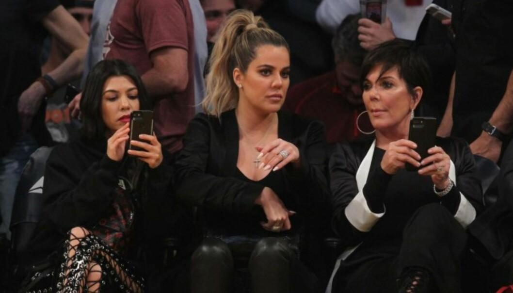 DÅRLIG STEMNING: Det kan virke som om stemningen i Kardashian-familien for tiden er litt trykket. Kourtney og Khloe må nå bli enda mer aktive på sosiale medier. Foto: NTB scanpix