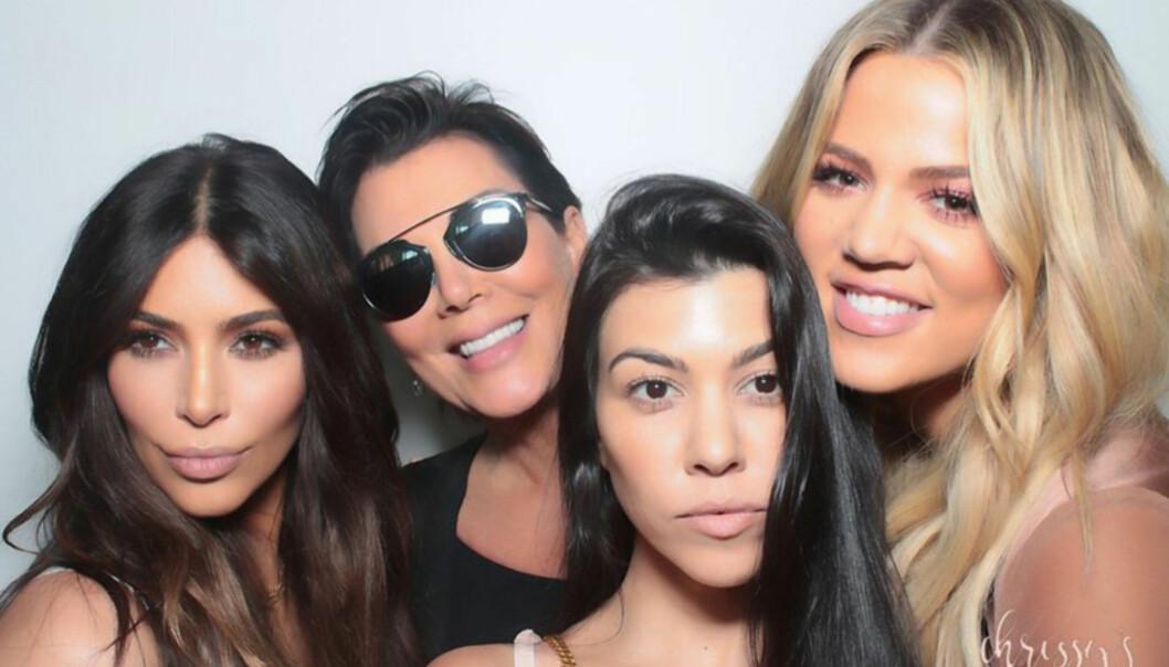 DRAMA: Kim og Khloe forstod ikke hvorfor storesøster Kourtney alltid vil henge med morens kjæreste Corey Gamle. Foto: NTB Scanpix