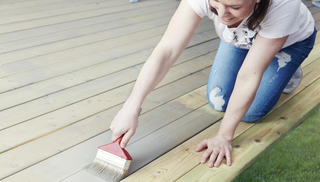 <strong>PASSER I BYEN OG VED SJØEN:</strong> Butinox terrassebeis gir en matt finish på treverket. Foto: BUTINOX&nbsp;