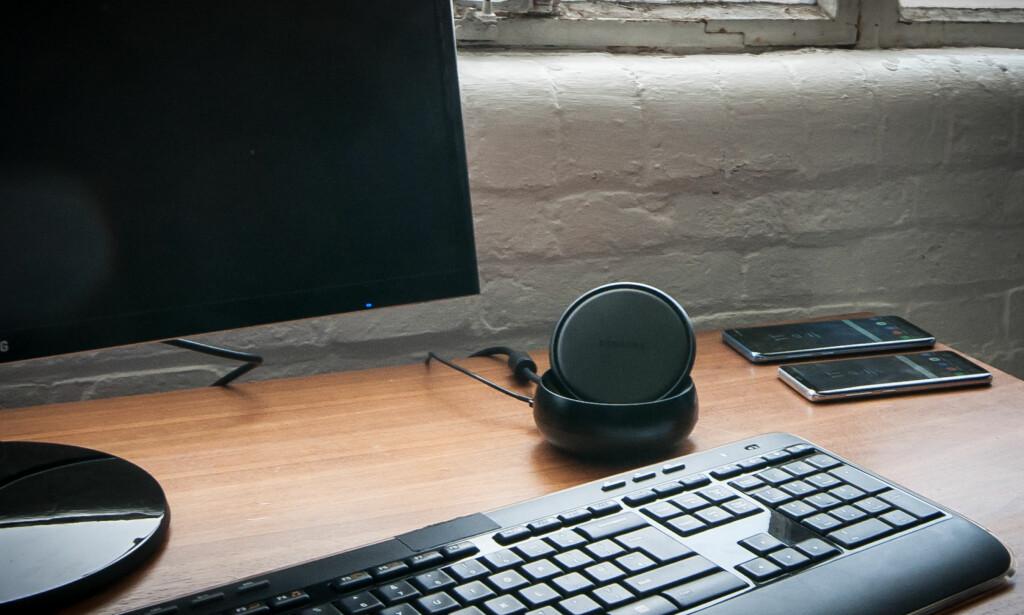RUND: Samsung DeX tar ikke mye plass på skrivebordet, men er heller ingen designperle. Foto: Gaute Beckett Holmslet