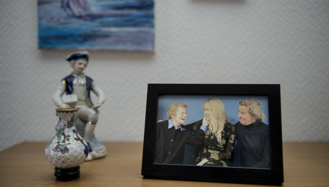 - UFATTELIG STOLT: Kari Steen var i Oslo da Thea fikk hedersprisen fra Kreftforeningen. I huset sitt har hun et bilde fra den dagen, der tre generasjoner med Steen-damer er samlet. Foto: Carina Johansen / Dagbladet