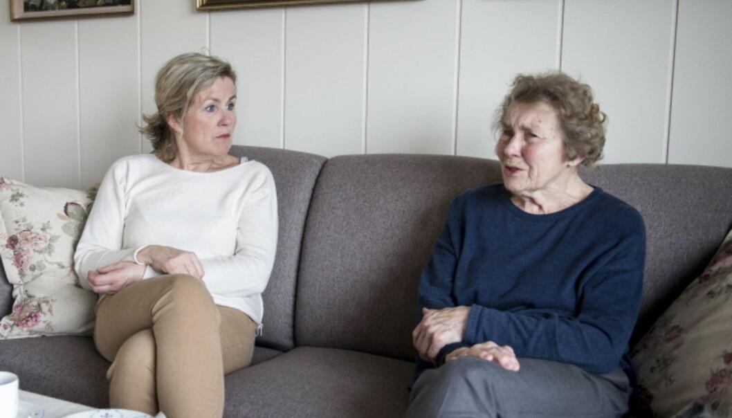 SORG: Verken Tove eller Kari klarer å holde tilbake tårene når de snakker om savnet etter Thea. De har en liten familie, og legger ikke skjul på at tomrommet er stort. Trøst finner de likevel i de fine minnene, og i alt hun utrettet. Foto: Carina Johansen / Dagbladet