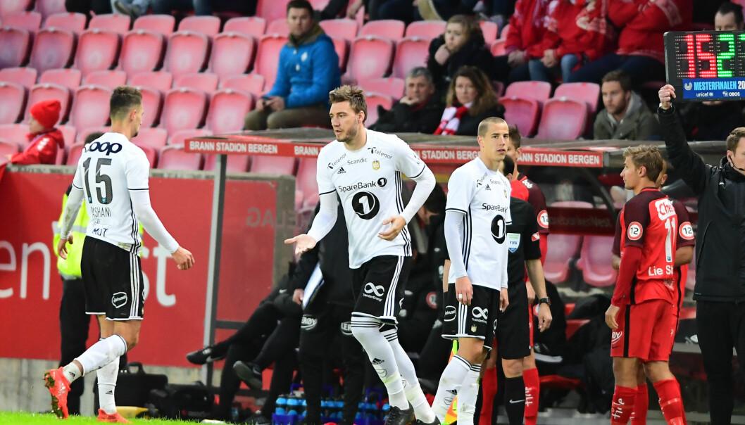 <strong>MÅLGIVENDE PASNING:</strong> Nicklas Bendtner hadde en glimrende målgivende pasning på Tore Reginiussens 2-0-scoring i Mesterfinalen mot Brann. Foto: Marit Hommedal / NTB scanpix