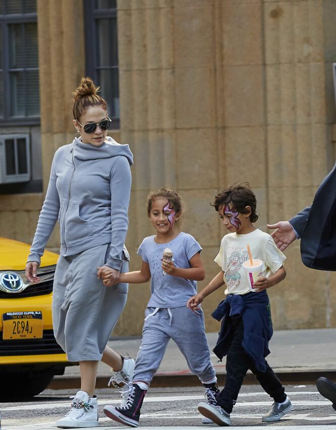 <strong>TVILLINGMOR:</strong> Her er Jennifer med barna Emme og Max i 2015. Foto: NTB Scanpix