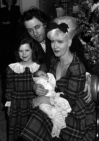 MYE SORG: 14 år etter at moren Paula Yates døde av en heroinoverdose, led Peaches (på fanget hennes) samme skjebne. Foto: NTB Scanpix