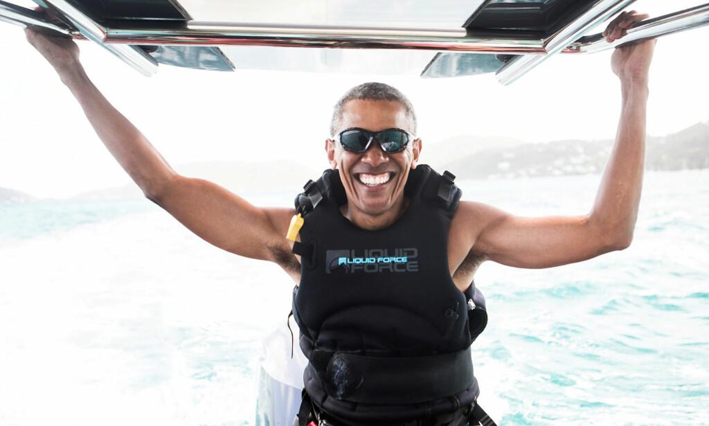 FERIEGLIS: Barack Obama fikk prøvd seg på kitesurfing under ferieturen i Karibien i januar. Foto: Jack Brockway / Virgin Handout / Reuters / NTB Scanpix