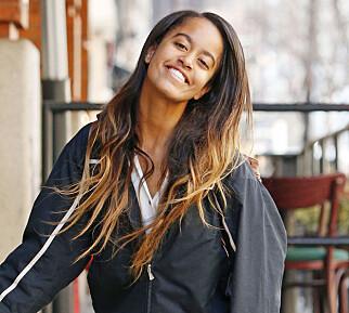SMILER TIL FOTOGRAFENE: Malia Obama (18) avbildet i New York i februar. Foto: Splash / NTB Scanpix