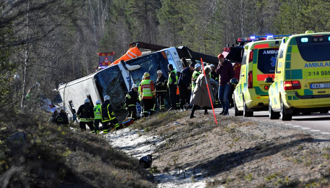<strong>KATASTROFEALARM:</strong> Tre skoleelever fra Borås-området omkom da bussen de satt i, kjørte utfor veien og veltet i Härjedalen i går. En massiv redningsoperasjon ble raskt satt i gang. Foto: Nisse Schmidt / TT / Reuters / NTB Scanpix